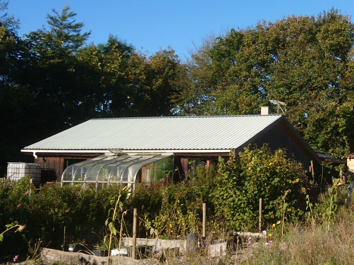 Himmerlandsbyen 1, træhus med genbrugsmaterialer