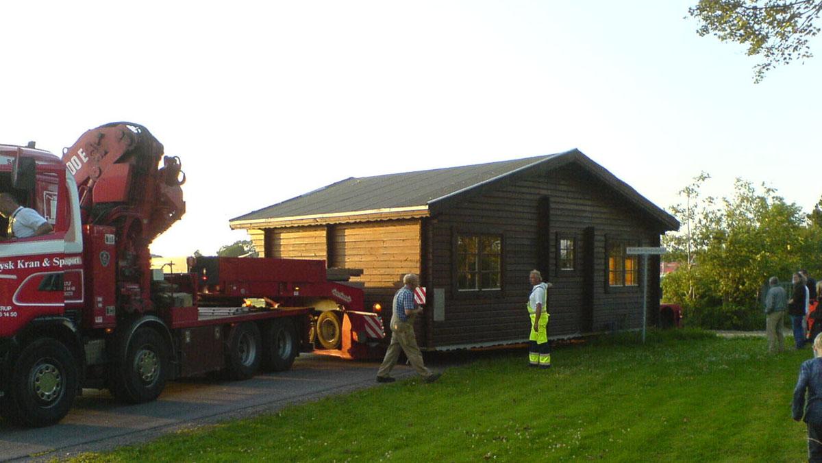 Jabohuset ankommer til Himmerlandsbyen 12. juli 2006